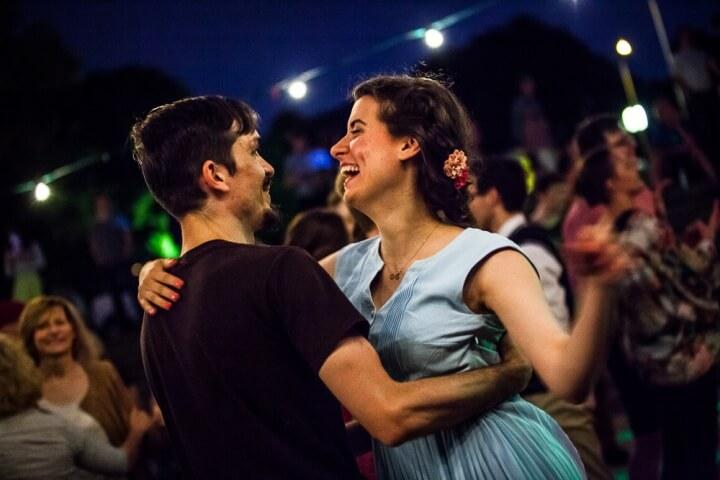 Taniec swingowy Lindy Hop nad Wisłą w Warszawie. Impreza Zakochaj się w Swingu.