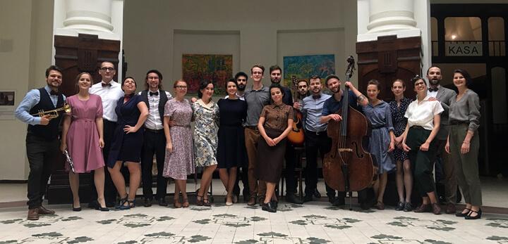 Warszawska Orkiestra Sentymentalna i Swingout.pl na planie wideoklipu promującego płytę Tańcz mój złoty
